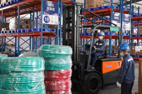 6月13日,南方电网广东阳江供电局工作人员准备应急物资。(杨殿 摄)