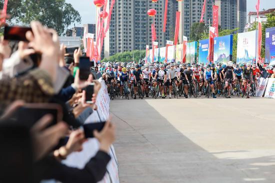 2020年环丹霞山自行车赛开赛 全国近万名选手参赛