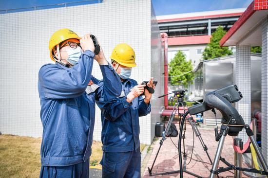 演练对多种新技术的协同配合应用进行了磨合,图为供电抢修人员使用激光设备清除供电设备上的飘挂物(胡瀛斌摄)