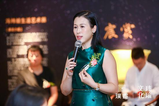 艺术家、作家、收藏家冯玮瑜女士向大家讲述展览概况