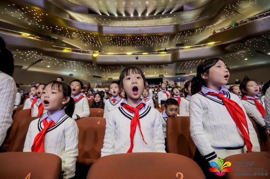 广州中小学生合唱的中外儿童电影主题音乐联奏《我和我的祖国》