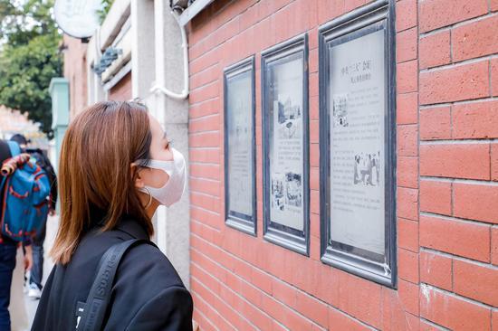 @爱美实验室 正在看新河浦历史文化街区墙壁上的文化知识普及