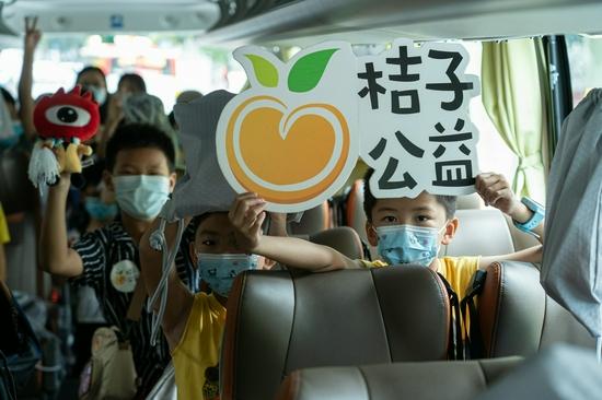 30位来穗儿童搭乘专车前往地震馆