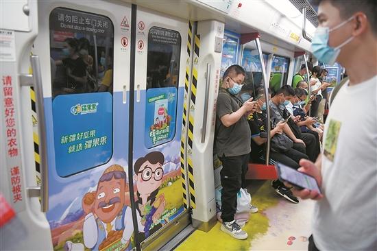 乘客戴着口罩搭乘地铁。