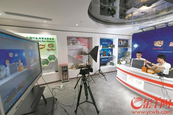 第129届广交会上,虎头电池直播间正在直播售货