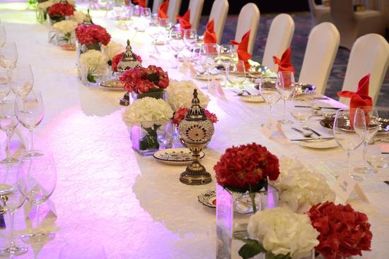 鲜花装饰的餐桌非常有格调