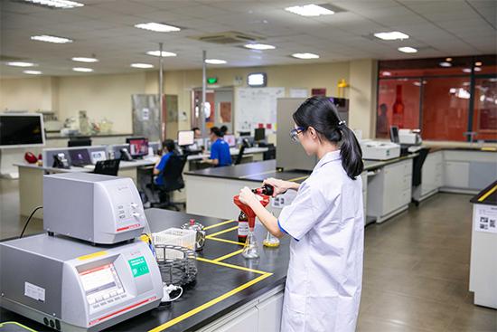 工作人员抽取样品在全自动啤酒分析仪上进行检验