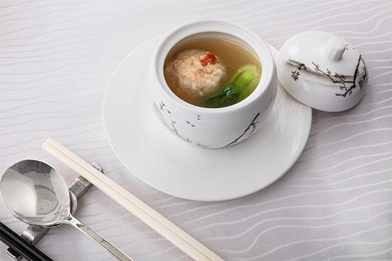 """此次""""品味淮扬""""传奇盛宴共设有八道菜,图为淮扬名菜""""清炖狮子头""""。"""