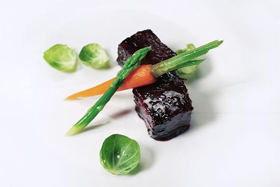 """此次""""品味淮扬""""传奇盛宴共设有八道菜,图为""""淮汁小牛肉""""。"""