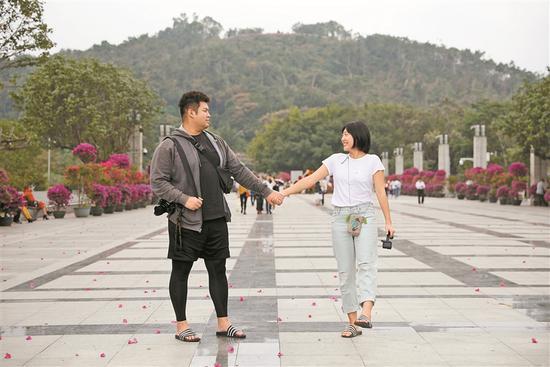 李世尊(左)与祖藴桐在市民中心旁的长廊上留影。 深圳晚报记者 杨少昆 摄