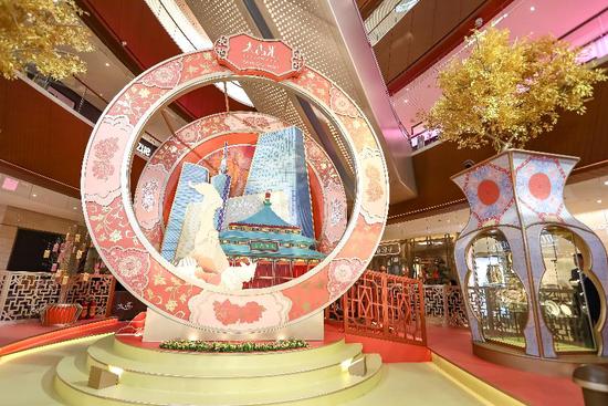 以广彩为设计主题的新春美陈装置,坐落于广州太古汇M层中庭