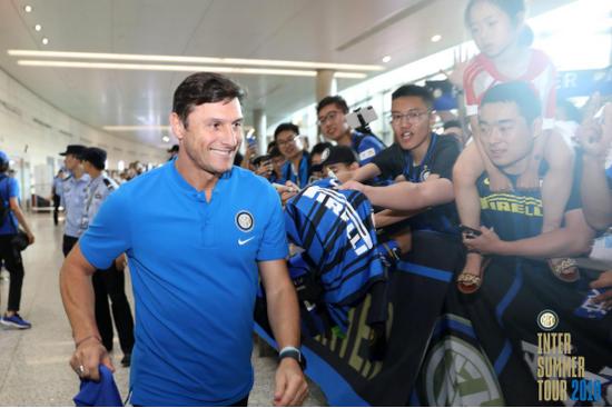 """(图:国际米兰""""回家""""参加ICC中国赛南京站比赛,传奇球星萨内蒂在机场受到球迷们的热烈欢迎)"""