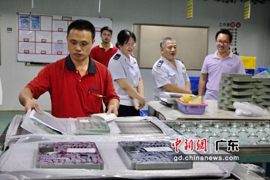 图为国家税务总局广东惠东县税务局工作人员下企业一线。惠东县委宣传部供图