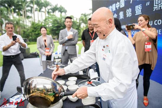 西方中餐大师谭荣辉现场展示厨艺,烹饪豆豉鸡