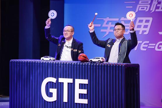 一汽-大众华南销售事业部市场与公关总监仇明全(右)& 有车以后联合创始人&COO陈强(左)