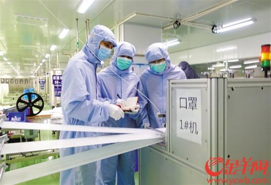 在顺德,管理干部也下到生产线帮助生产
