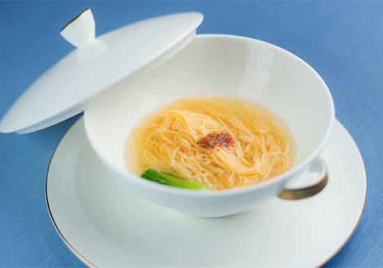 在澳门发布会上,川菜私宴名厨兰桂均演绎了几近失传的坐杠大刀金丝面
