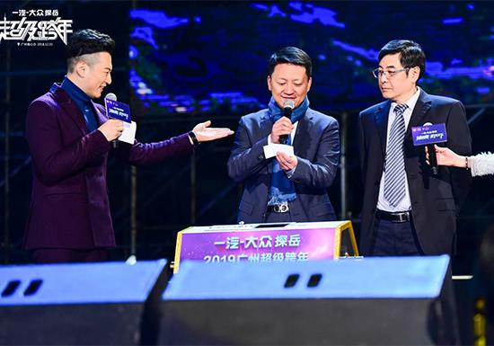 一汽-大众华南销售事业部总经理张强(左二)