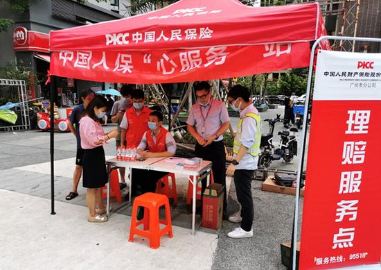 5月22日上午,人保财险广州市分公司已在黄埔区开源大道某社区设立水浸现场理赔服务点