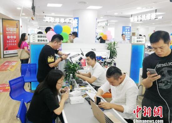 """10月13日,""""百脑汇""""在广州天河IT商圈再推出一站式的全品类科技维修品牌""""好汇修""""。 程景伟 摄"""