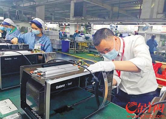 位于江门的维达公司口罩生产车间内正在进行生产