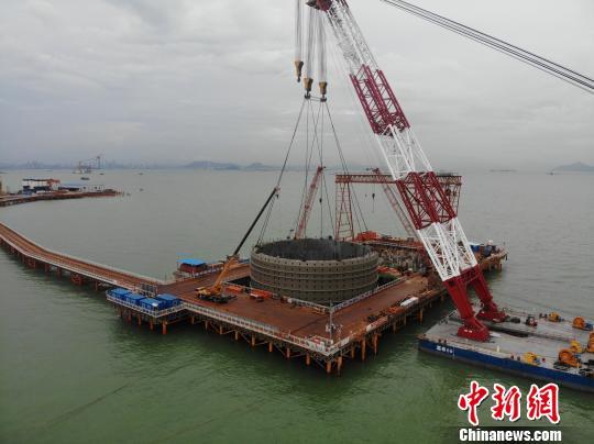 深中通道伶仃洋大桥东索塔首个超大体量钢吊箱下放施工 粤交集宣 摄