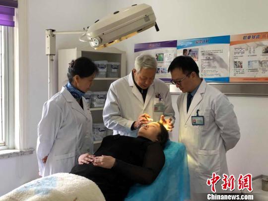解放军455医院整形外科主任李宇飞成功为康英作了消除额头疤痕的手术 。 芊烨 摄