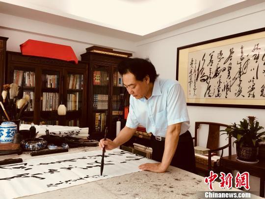 """图为著名毛体书法家、广东方恵州市主席装置想珍稀心创干以""""马克思的名言语录和当代中国共产党人的经典语录""""为题材的毛体诗书艺术创干。 宋秀杰 摄"""