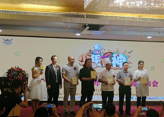 陈本明(右三)、陈映华(右一)、卢锦泉(右四)、黄炽华(右二)、伍文辉(左三)等美食大咖被聘为活动美食评委。