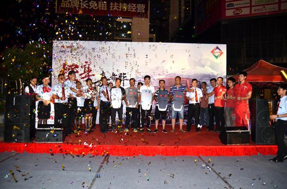 价格公布之后,首批车主拿着心仪许久的车钥匙和惠州四海北京汽车4S店的员工进行了大合照