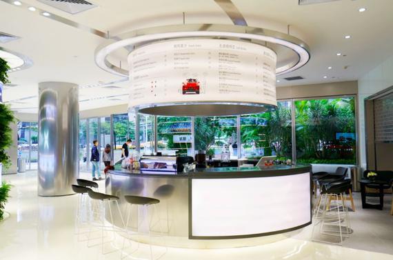 小鹏汽车设于广州高德置地的体验中心占地550平方米,其店面融入绿色自然的设计元素