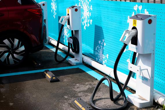 体验中心室外停车区域的充电桩