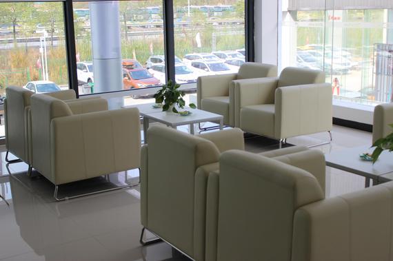 展厅中的客户休息及洽谈区域