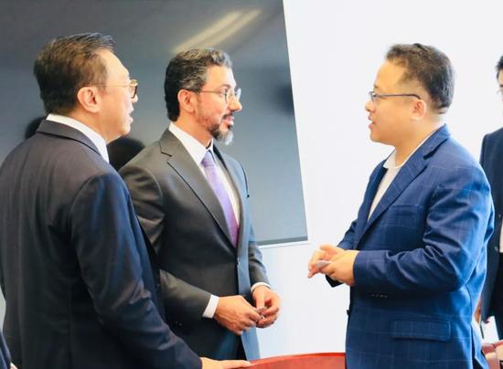林涛董事长(右二)与哈迈德·阿里执行总裁(左二)正式会谈前交流