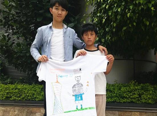 广东小球童李凯峰展示其手绘作品