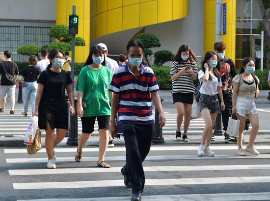 广州中山五路,绿灯亮起后,行人快速有序横过马路。(摄影:邱伟荣)