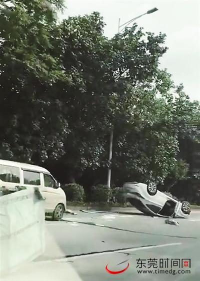 事故现场,小轿车翻倒在路中间网友拍摄
