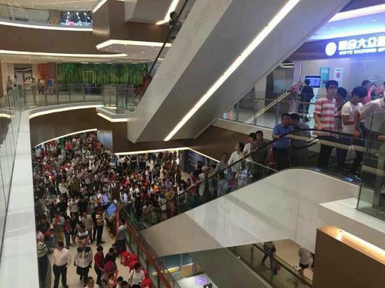 广百阳江店开张前来购物的人川流不息。