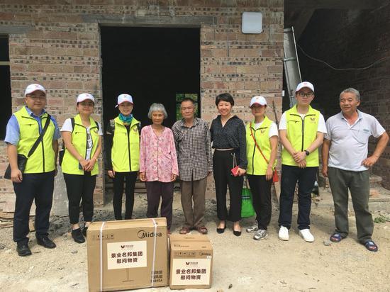 景业名邦集团员工走访慰问长江村贫困户