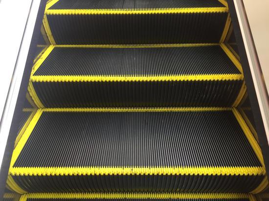 扶梯防夹毛刷与黄色警示线的正确示例-合生广场