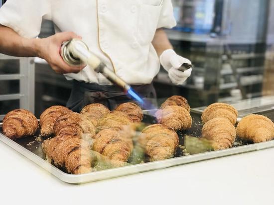 消费者可以清晰看到面包制作的全过程