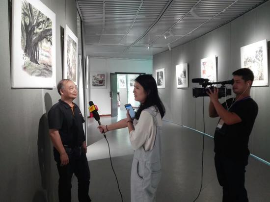 邓子平老师接受记者采访