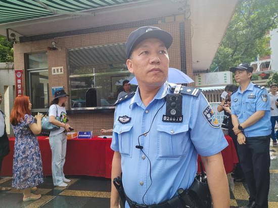 执勤民警还使用4G智能执法记录仪在考场入口开展精准盘查。