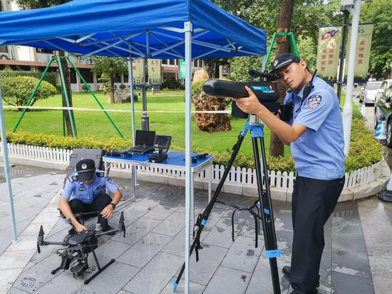 """6月6日,华南师范大学附属中学考点,天河警方正在调试""""黑科技""""。"""
