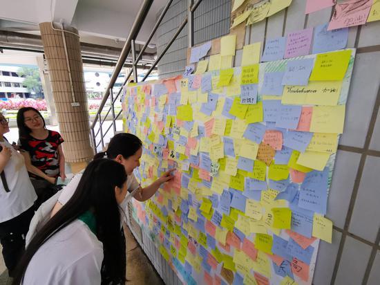6月6日,广州,华南师范大学附属中学考点,墙壁上贴满了对高考生的祝福。