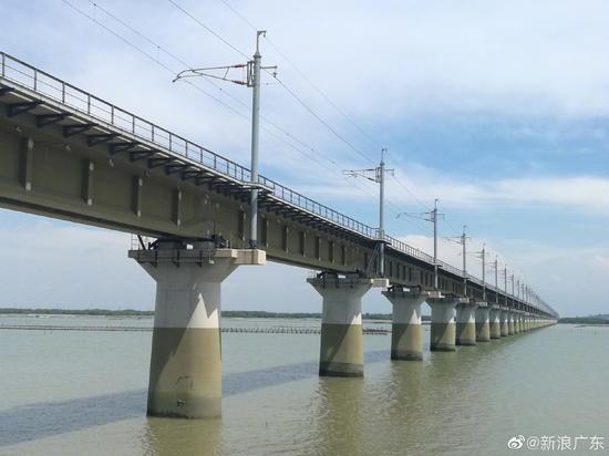 连接江湛铁路的东海岛铁路经过自然保护区,桥墩采用特殊涂料涂抹,让周围水质不受污染,同时保护了桥墩不受海水腐蚀