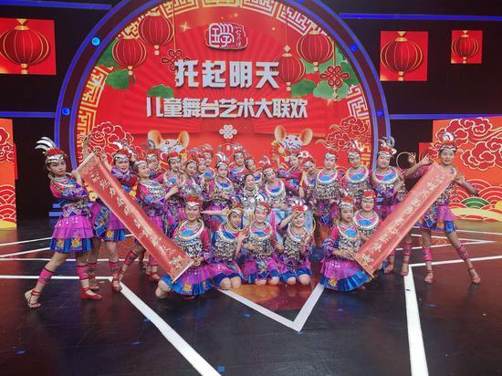 重庆市两所职业学校荣登中国教育电视台春晚舞台