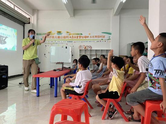 在雨林科普课上,老师正向孩子们介绍树懒。在接下来的7月,他们将前往正佳雨林生态植物园,和真正的树懒零距离互动