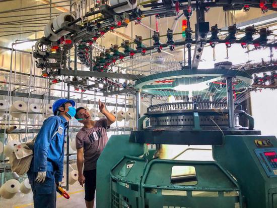 南方电网广东肇庆鼎湖供电局工作人员到企业开展安全用电检查,帮助用电客户查找用电安全隐患。梁智相摄