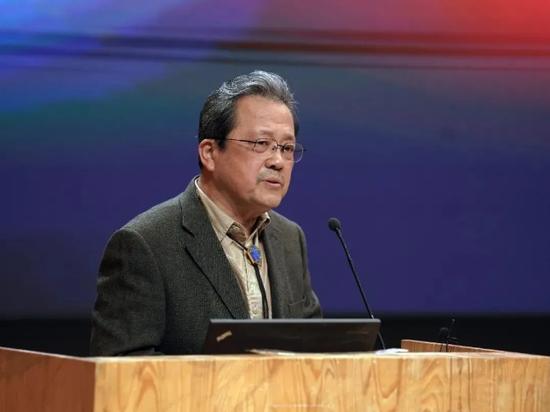 中国文联副主席、中国美术家协会名誉主席、中央文史研究馆副馆长冯远